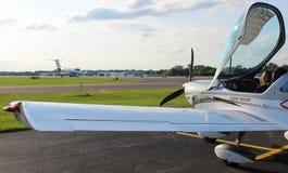 Flyginstruktör som ger anvisning till studenten fotografering för bildbyråer