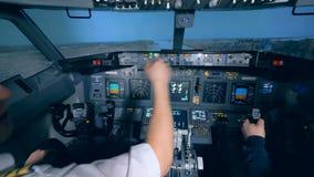 Flyginstruktören och hans deltagare i utbildning öva att ta av i en flygsimulator stock video