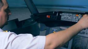 Flyginstruktören reglerar strömbrytare på konsolen lager videofilmer
