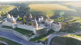 Flygkamera för flyg- sikt över av den gamla slotten Ukrine aLviv Pidgirtsi Loppturismaffärsföretag i lös natur stock video
