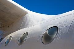Flygkroppkabin Del av flygplanet Kroppen av flygplanet mot den bl?a himlen royaltyfria bilder