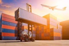 Flyglast som flyger över den logistiska lastbehållaren Royaltyfria Bilder