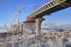 flygparad för Två-nivå huvudvägbro till och med havskanalen under constru Fotografering för Bildbyråer