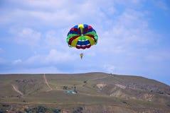 Flygparaglider i berg Arkivbild