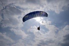 Flygparagliding med himmel och moln Arkivfoton