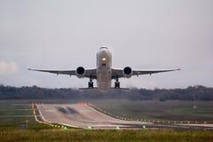 Flygplan ögonblick efter start, med den härliga miljön royaltyfri foto