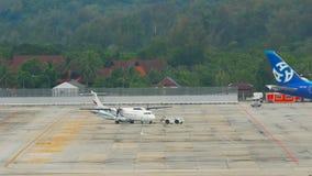 Flygplan ATR-72 som bogserar för avvikelse stock video