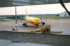 Flygplan av DHL det logistiska företaget Arkivbilder