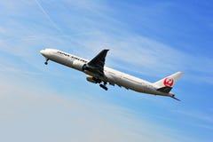 Flygplan av Japan Airlines ovanför den Frankfurt flygplatsen Arkivfoton