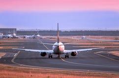 flygplan av klart tar till Arkivfoton