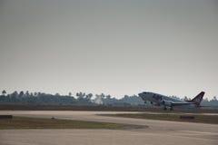 Flygplan av LAM som avgår från Beira royaltyfri foto