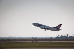 Flygplan av LAM som avgår från Beira arkivbild