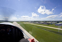 flygplan av litet ta för landningsbana Arkivbild