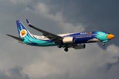 Flygplan av Nok-luft Boeing 737-800 som landar Royaltyfria Bilder