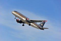 Flygplan av Royal Jordanian Airlines ovanför den Frankfurt flygplatsen Arkivbild