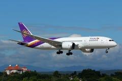 Flygplan av Thai Airways International Boeing 787-800 Dreamliner royaltyfri foto