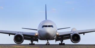 Flygplan beklär dag Arkivbild