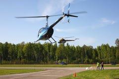 Flygplan - blåa Robinson och rysk sportkopp för helikoptrar Mi-2 Arkivbild