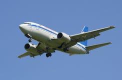 Flygplan Boeing 737-500 EW-253PA, innan att landa på flygplatsen Pulkovo Fotografering för Bildbyråer