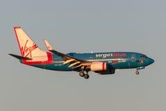 Flygplan Boeing 737-7FE VH-VBY för Virgin Blue flygbolag 50th på inställningen som ska landas på Melbourne den internationella fl Royaltyfri Fotografi