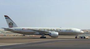 Flygplan Boeing 777 (A6-LRD) Etihad Airways bogseras till landningsbanan Flygplatsen av Abu Dhabi Fotografering för Bildbyråer