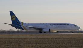 Flygplan Boeing 737-900 på Kharkiv Arkivfoto