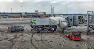 Flygplan Boeing 737-800 på parkering Royaltyfri Bild