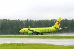 Flygplan Boeing737 S7 Airlines tak av Fotografering för Bildbyråer