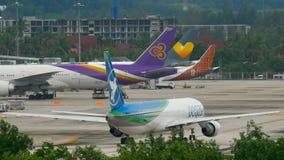 Flygplan Boeing 767 som åker taxi lager videofilmer