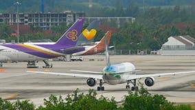 Flygplan Boeing 767 som åker taxi arkivfilmer
