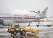 flygplan de isläggning snowstorm royaltyfria bilder