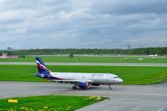 Flygplan för Aeroflot flygbolagflygbuss A320-214 i Pulkovo den internationella flygplatsen i St Petersburg, Ryssland Fotografering för Bildbyråer