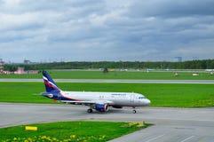Flygplan för Aeroflot flygbolagflygbuss A320-214 i Pulkovo den internationella flygplatsen i St Petersburg, Ryssland Royaltyfri Foto