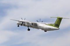 Flygplan för AirBaltic De Havilland Kanada DHC-8-402Q streck 8 Arkivbilder
