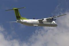 Flygplan för AirBaltic De Havilland Kanada DHC-8-402Q streck 8 Arkivfoto