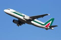 Flygplan för Alitalia flygbuss A320 Royaltyfri Fotografi