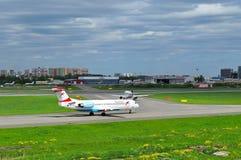 Flygplan för Austrian Airlines Fokker 100 i Pulkovo den internationella flygplatsen i St Petersburg, Ryssland Royaltyfria Foton