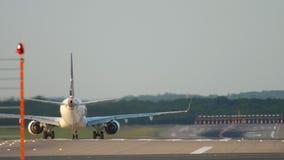 Flygplan för avvikelse på startpositionen lager videofilmer