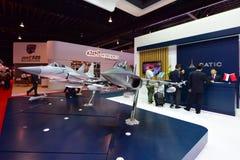 Flygplan för Catic L-15 kinesiskt supersoniskt utbildnings- och ljusattack på skärm på Singapore Airshow Royaltyfri Fotografi
