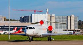 Flygplan för Dassault falk 7X på den Zurich flygplatsen royaltyfri fotografi