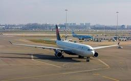 Flygplan för Delta Airlines passagerarestråle Arkivfoto