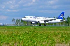 Flygplan för den Air Astana flygbussen A320 rider på landningsbanan efter ankomst på Pulkovo den internationella flygplatsen i St Arkivfoton