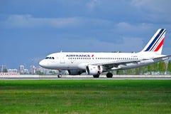 Flygplan för den Air France flygbussen A319 landar i Pulkovo den internationella flygplatsen i St Petersburg, Ryssland Arkivfoton