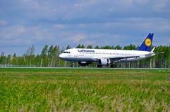 Flygplan för den Lufthansa flygbussen A320 ankommer i Pulkovo den internationella flygplatsen i St Petersburg, Ryssland Arkivfoto
