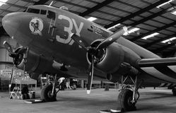 Flygplan för Douglas C-47 Skytrain/Dakota med dag Dinvasionband Arkivbild