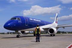 Flygplan för ER-ECB Air Moldova Embraer ERJ-190 på parkeringsområdet Royaltyfri Foto