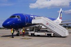 Flygplan för ER-ECB Air Moldova Embraer ERJ-190 på parkeringsområdet Arkivbilder