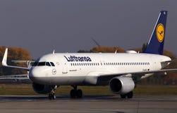 Flygplan för flygbuss A320-200 för D-AIUL som Lufthansa kör till parkeringen Borispol för internationell flygplats arkivbilder