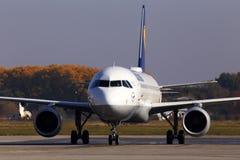 Flygplan för flygbuss A320-200 för D-AIUL som Lufthansa kör till parkeringen Borispol för internationell flygplats royaltyfri foto
