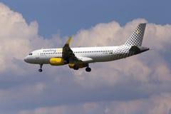 Flygplan för flygbuss A320-200 för EC-MGE Vueling på bakgrunden för molnig himmel Royaltyfri Bild